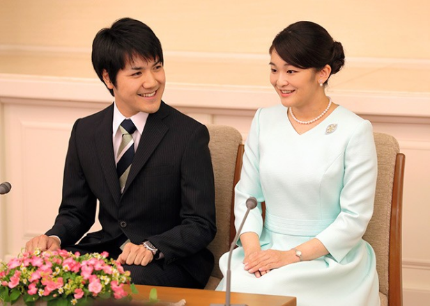 Prinses Mako en kei Karumo bij de aankondiging van hun verloving